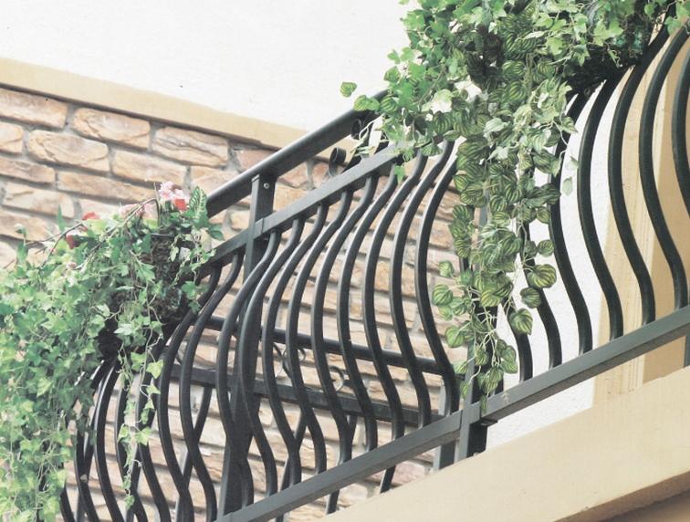 锌钢护栏凭借出色的特点使它如今在生活中随处可见