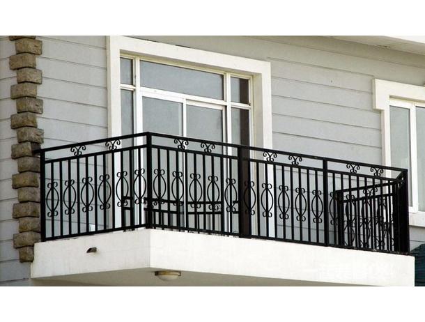 厂家如何对成品锌钢阳台护栏采取保护方案