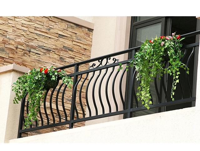 选择锌钢阳台护栏时应注意什么?